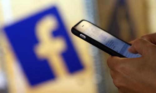 Bê bối dữ liệu đẩy Facebook lún sâu trong khủng hoảng
